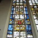 Gebrandschilderd raam in grote kerk: geschenk van stad Amsterdam